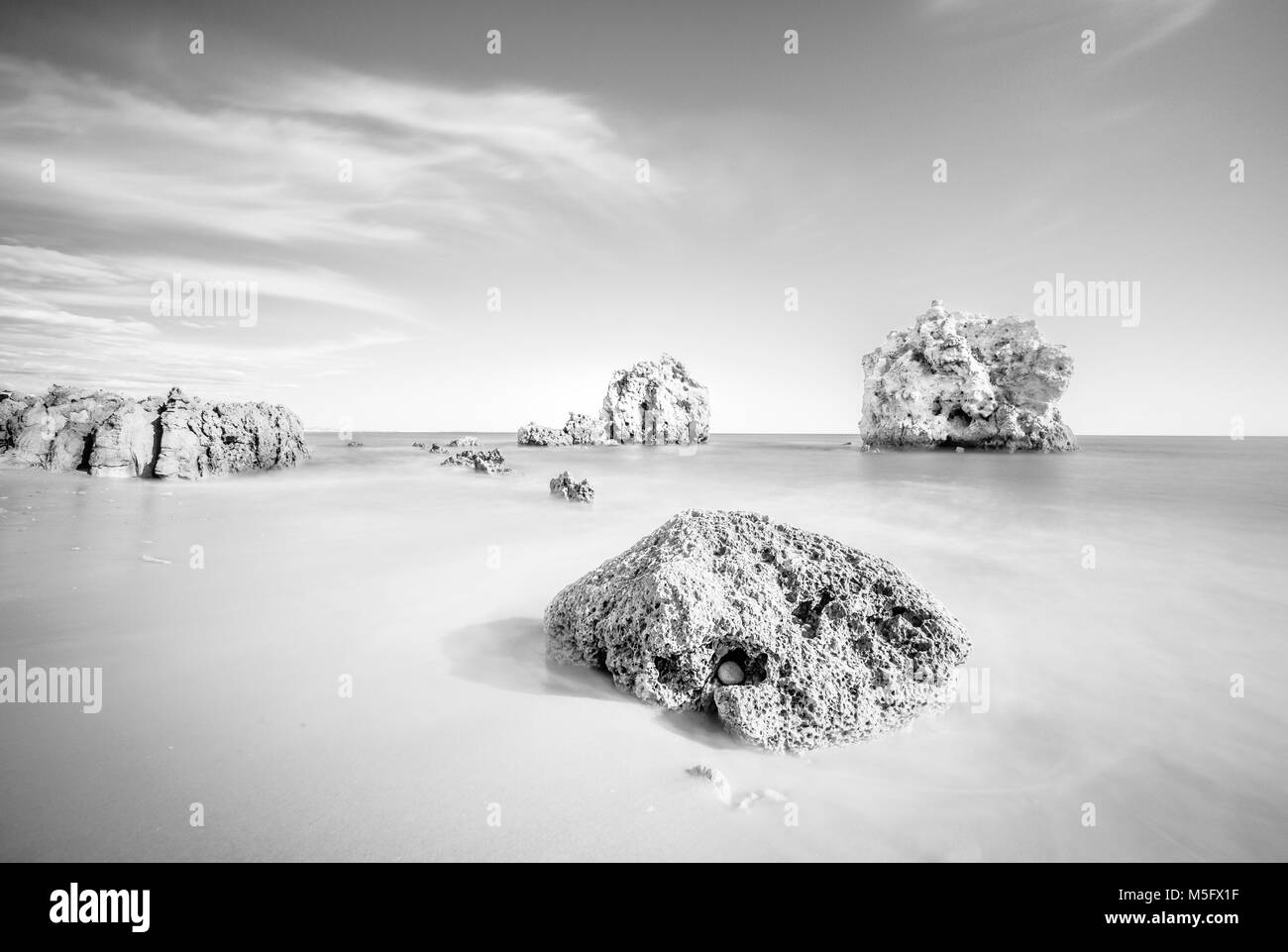 | Algarve | Portugal Os três Arrifes Albufeira | Nikon D750 | Lente 12-24mm | ISO 100, f/8, 13,0 s Imagen De Stock