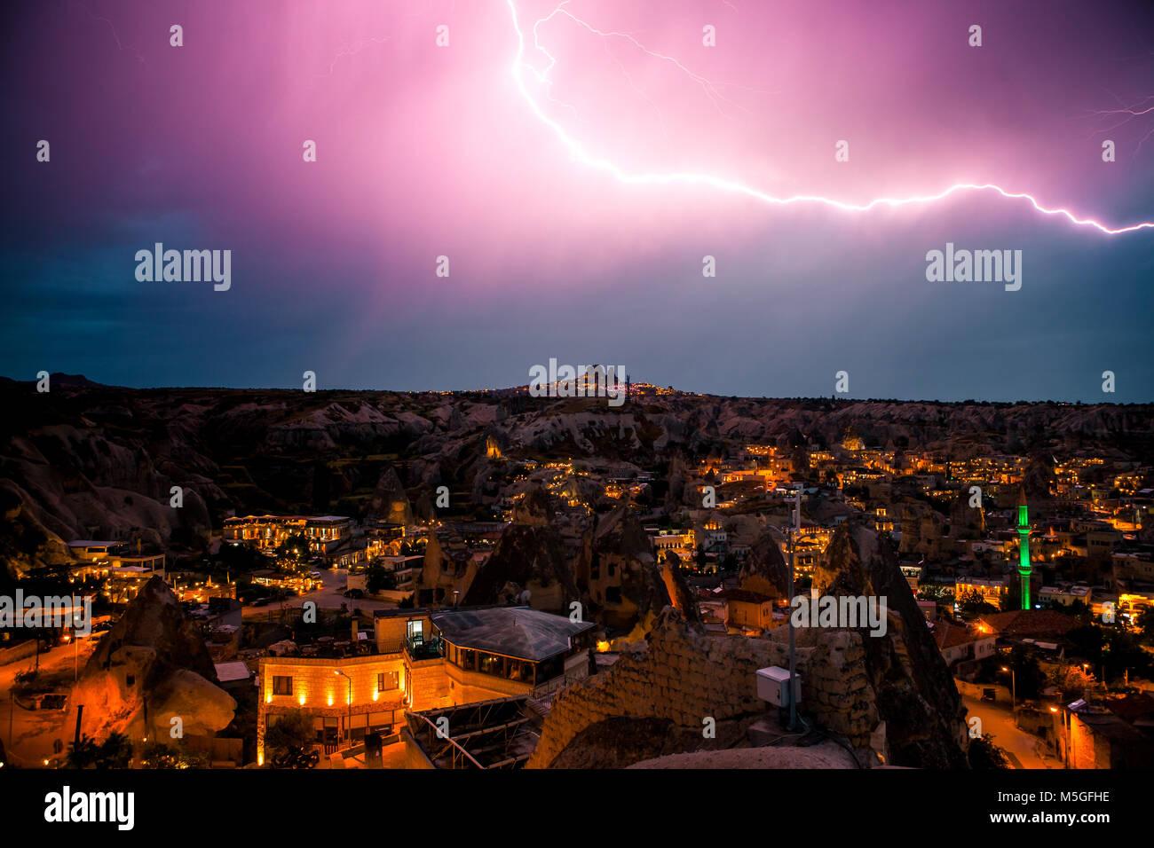 Rayo por encima del pueblo de Goreme, en Capadocia, en Turquía. Cielo nocturno espectacular tormenta. Foto de stock