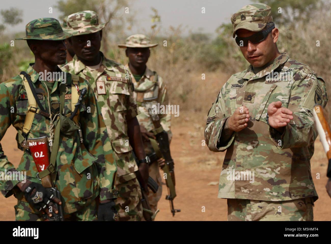Doce soldados Soldados del ejército de Estados Unidos comparten tácticas y entrenamiento con un poco más de 200 Foto de stock