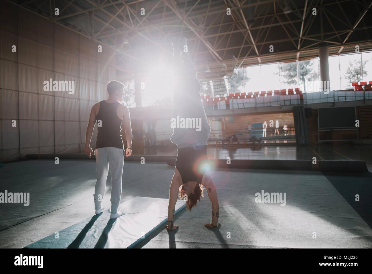 Dos hombres haciendo ejercicio en el gimnasio Imagen De Stock