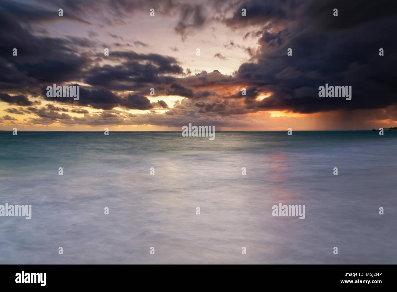 El Caribe, República Dominicana, Punta Cana, Playa Bávaro, vista a la mar al amanecer. Imagen De Stock