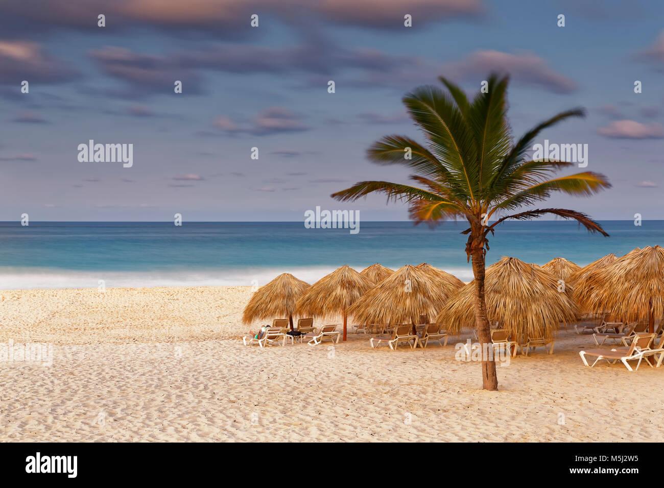 El Caribe, República Dominicana, Punta Cana, Playa Bavaro, playa en el atardecer. Imagen De Stock