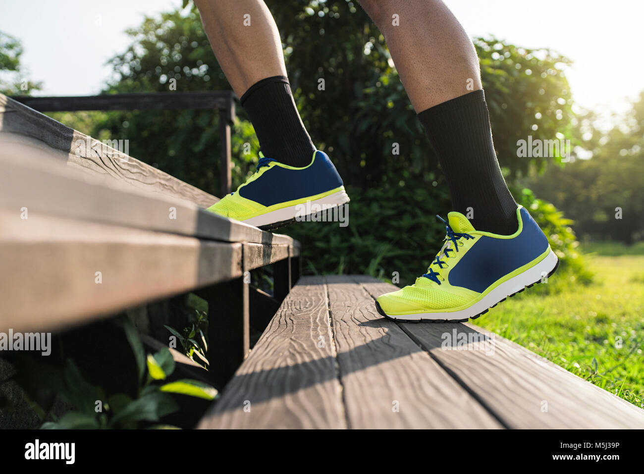 Runner entrenamiento running hasta las escaleras, cerrar Imagen De Stock
