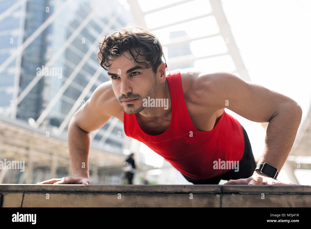 Atleta ejercer push-ups en la ciudad Imagen De Stock