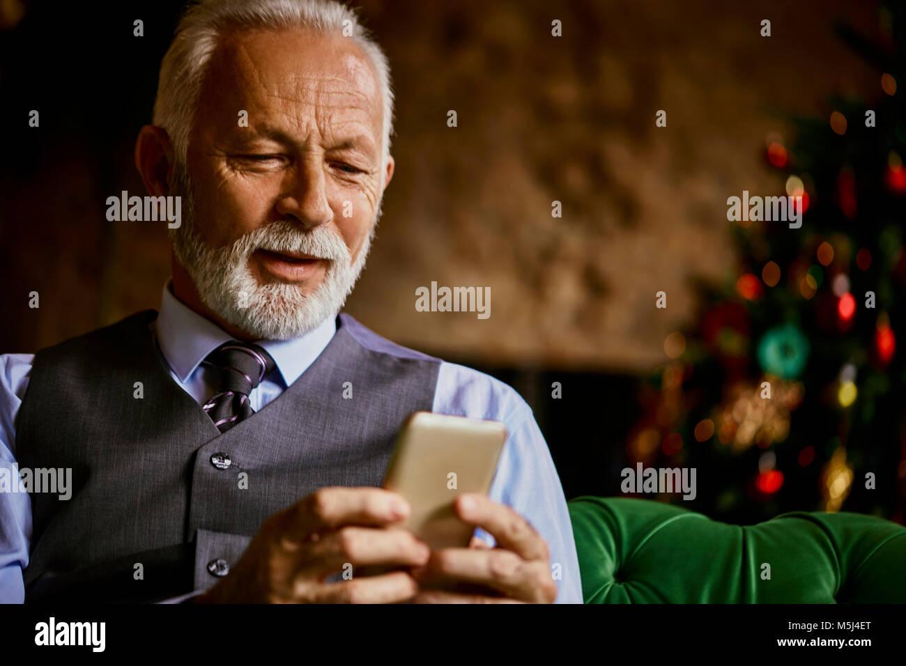 Senior elegante hombre utilizando teléfono celular Imagen De Stock