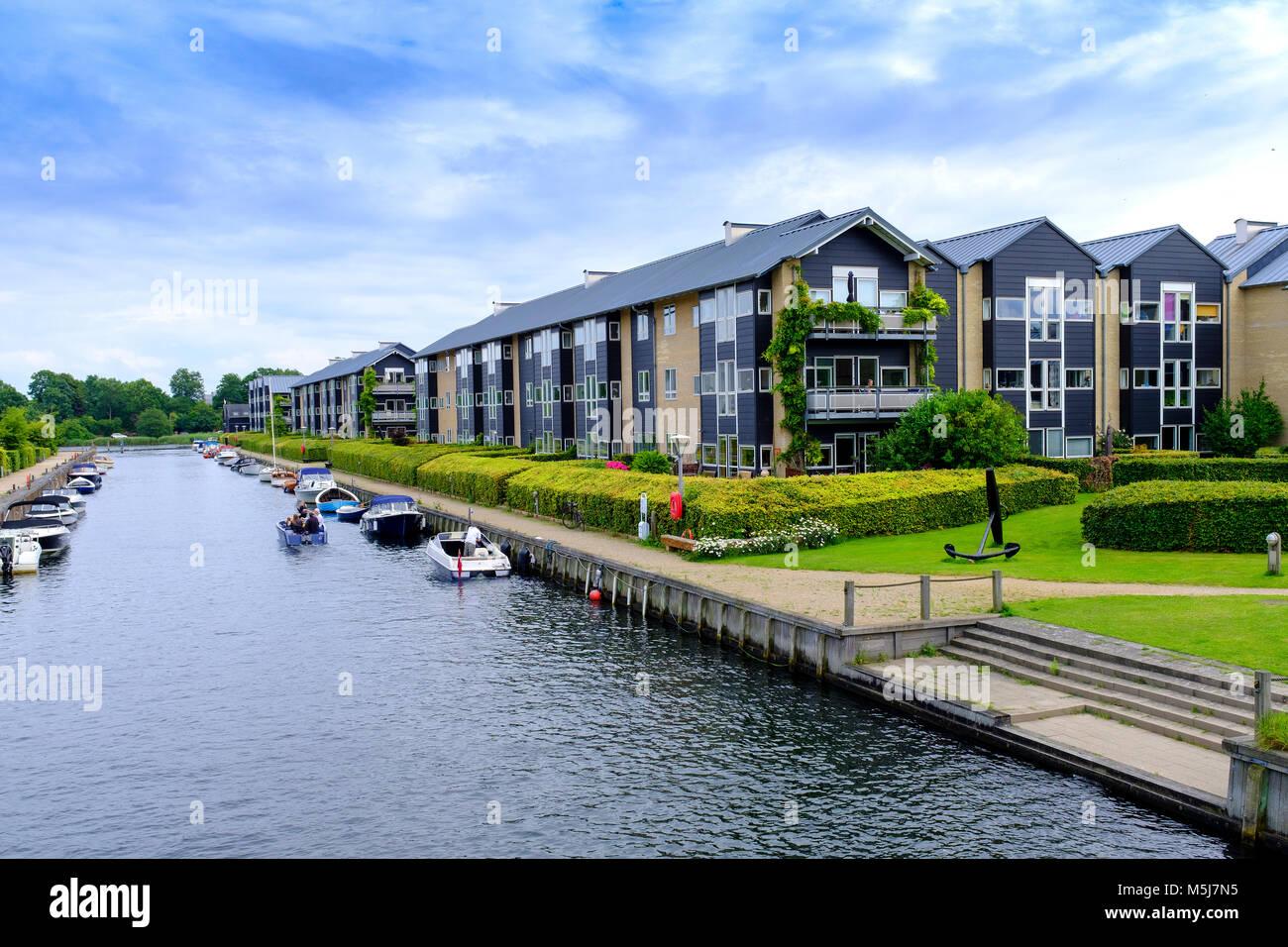 Copenhague, Dinamarca / Región Zelanda - 2017/07/26: Vista panorámica de la arquitectura contemporánea y canales de agua del distrito Christianshavn Foto de stock