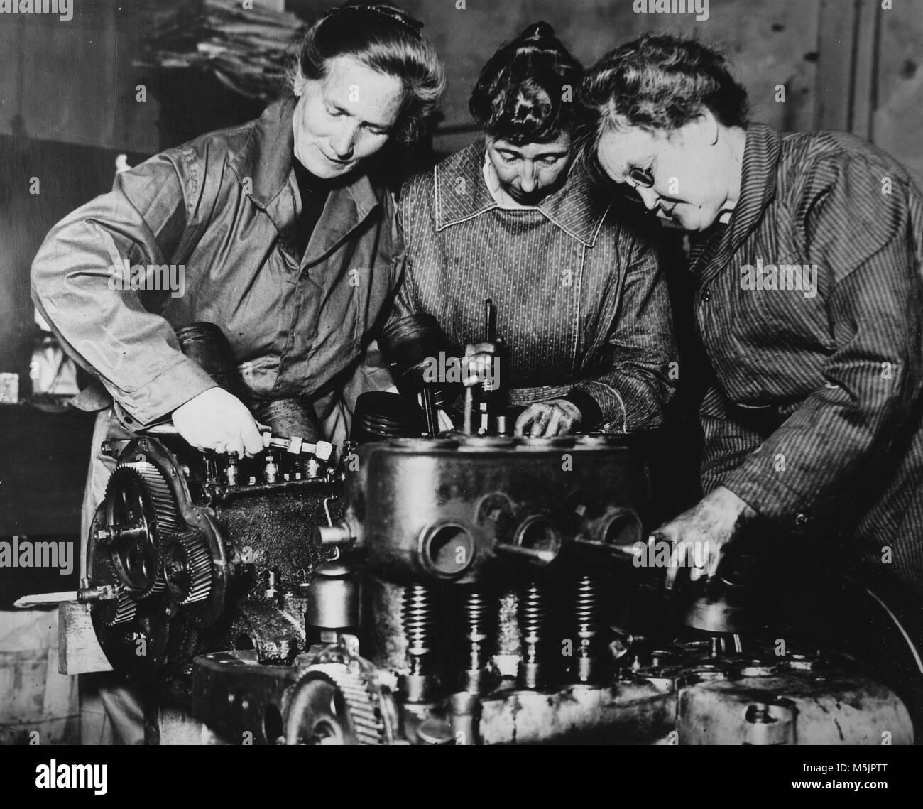 Las mujeres hacen trabajo de hombres,reparar un motor,1940,Alemania Imagen De Stock