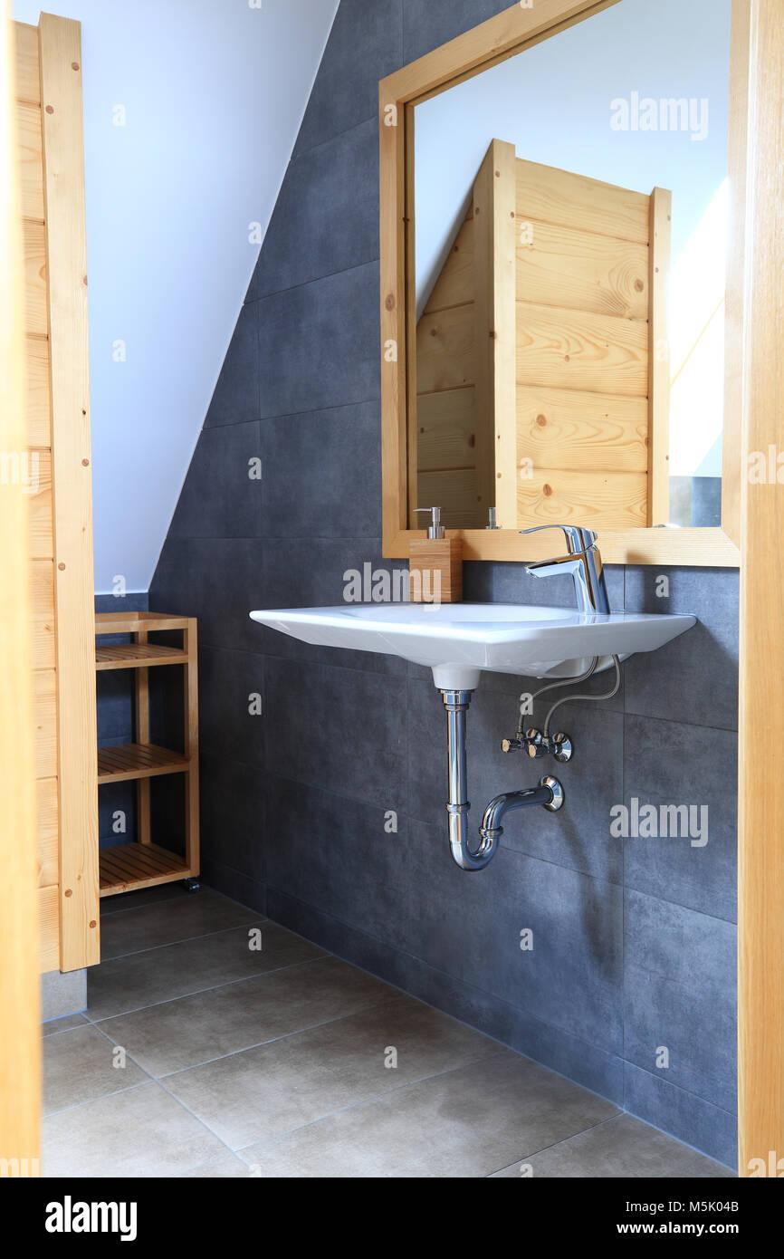 Ver a través de la apertura de entrada al cuarto de baño. Lavabo ...