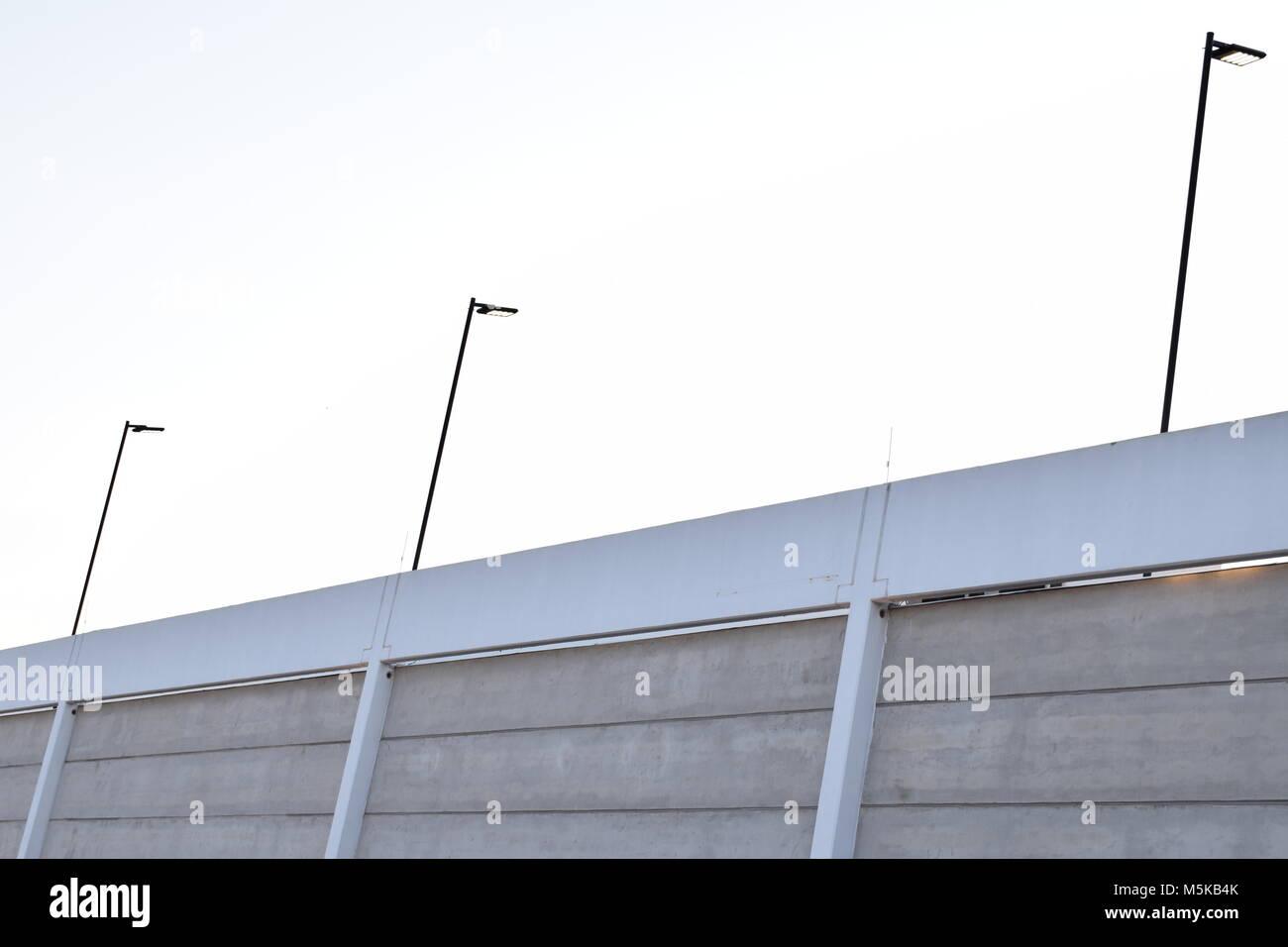 Edificio de estructura de hormigón prefabricado y postes de luz Foto ...