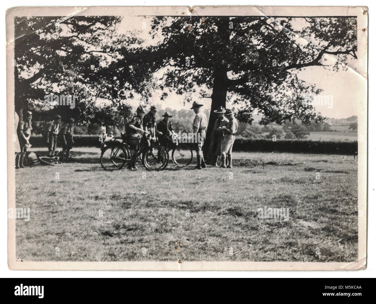 Los ciclistas de boy scouts siendo hablado por Lord Baden Powell en el 5º Jamboree Mundial de Scouts, celebrada Foto de stock