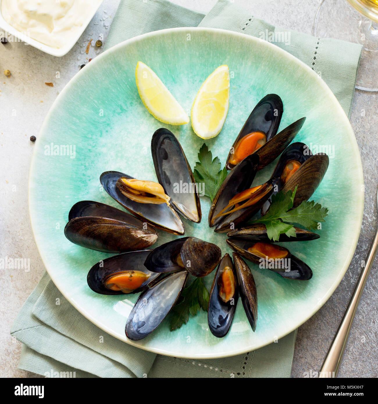 Still Life, la cena en el restaurante. hervidos en salsa de vino blanco con un vaso de vino blanco, pan blanco tostado, Foto de stock
