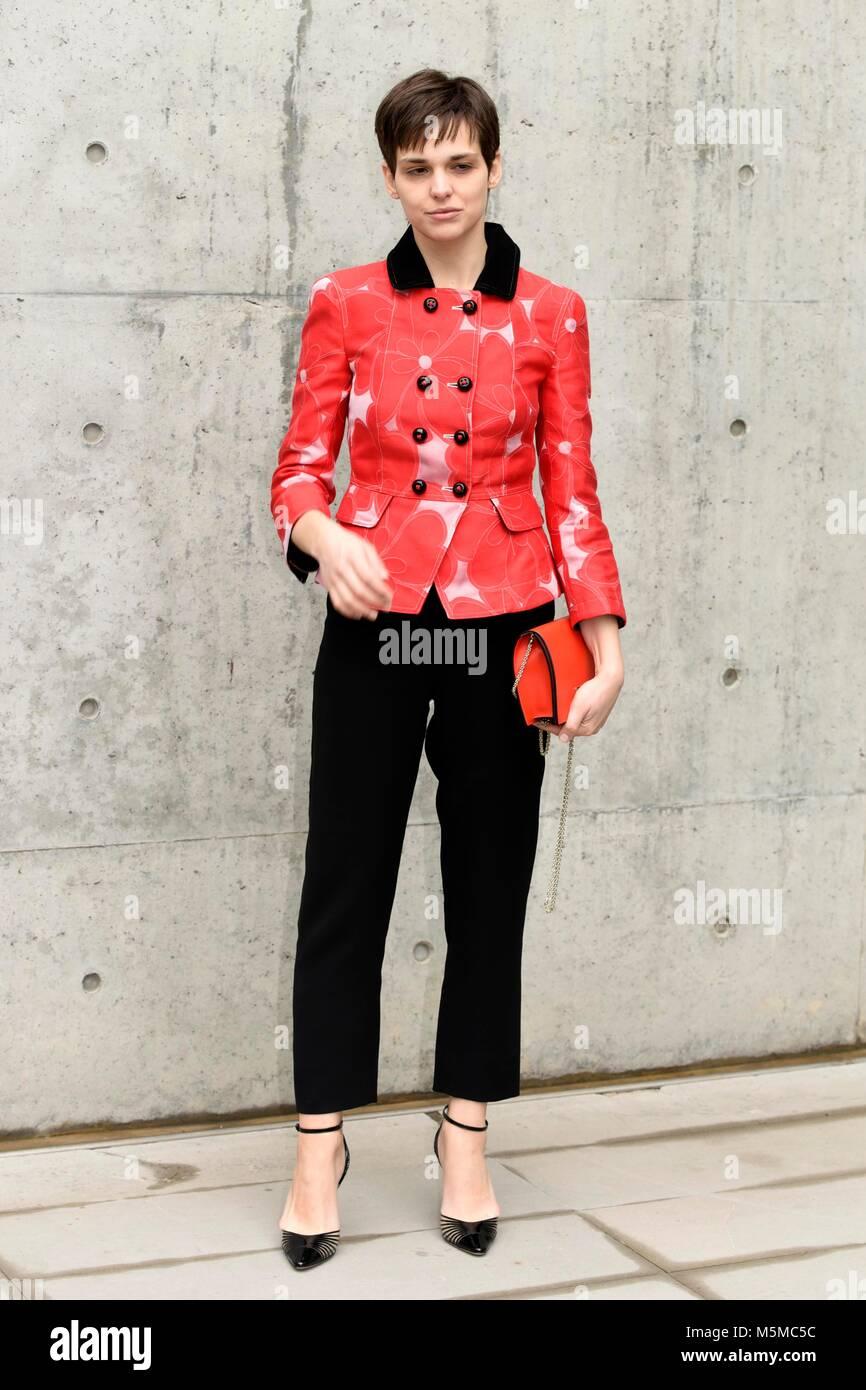 cfbc151243165 La Semana de la Moda Mujer Otoño Invierno. 2018 2019 Giorgio Armani -  Llegadas en la imagen  Sara Serraiocco Crédito  Agencia Fotográfica  Independiente ...