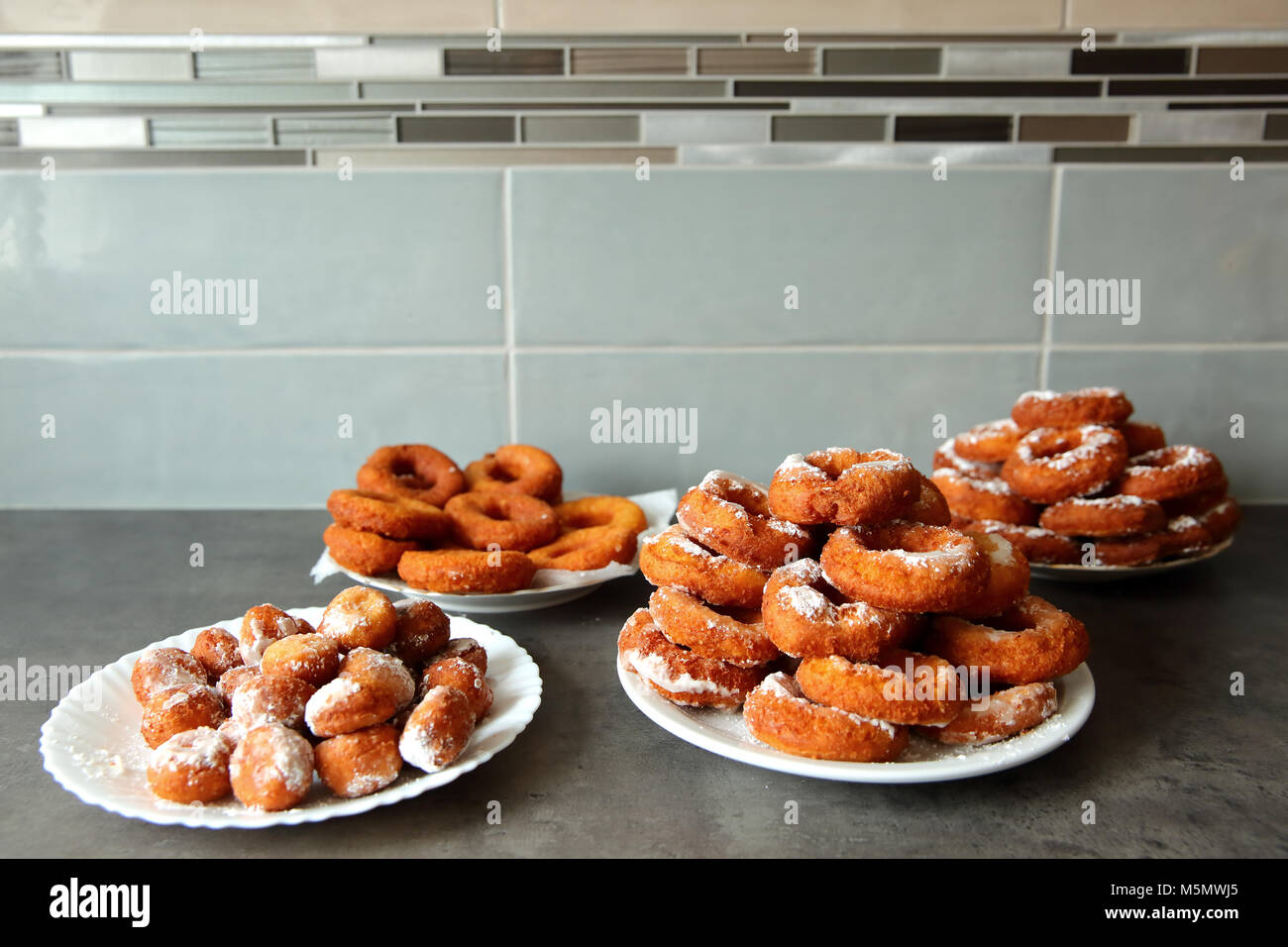 Un donut caseros, a pesar de la no-forma ideal, es un sabor superior a cualquier otro donut comprado en una tienda Imagen De Stock