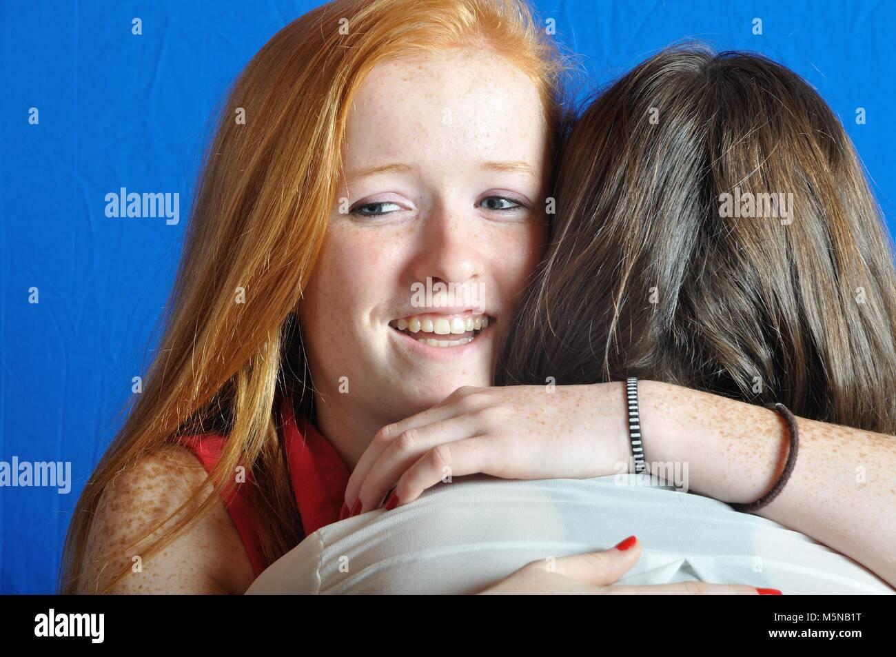 Dos jóvenes amigos, abrazando cada otros Imagen De Stock