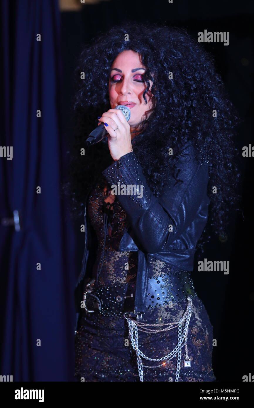 Tania alboni realizando su acto homenaje Cher durante el último tributo Show en Swillington mineros club de Imagen De Stock