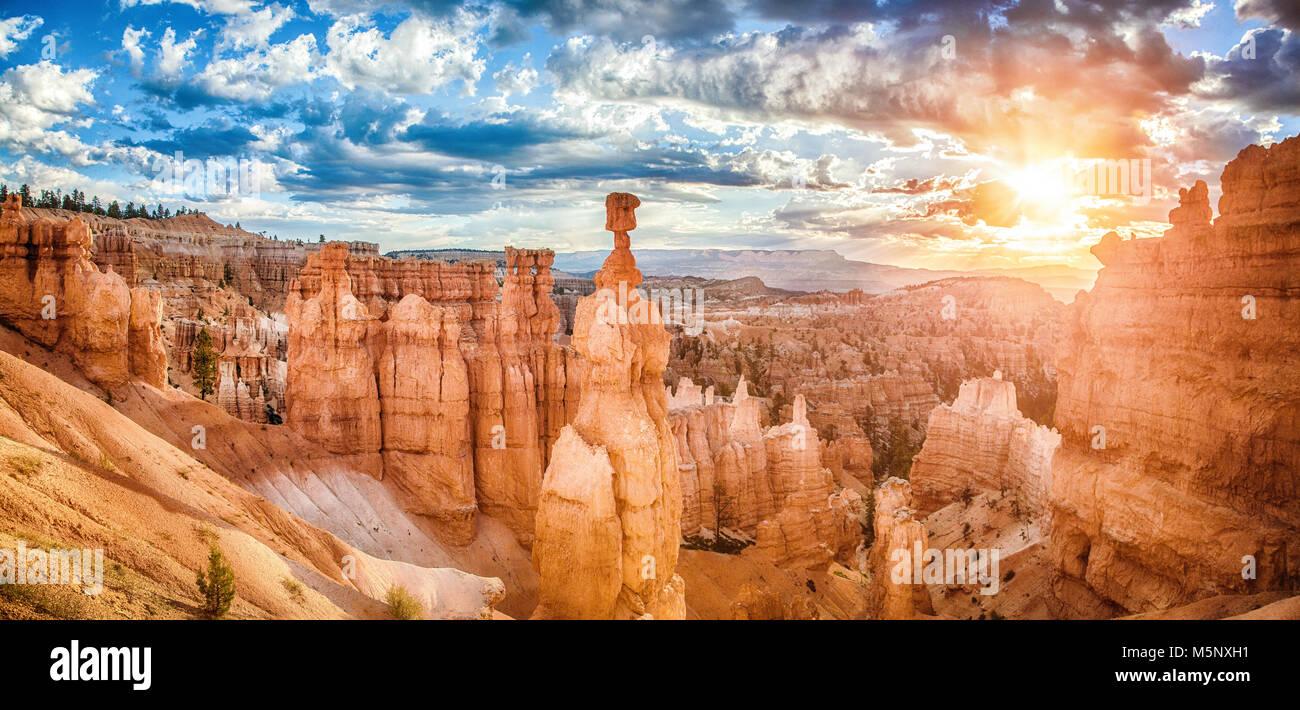 Hoodoos increíbles formaciones de arenisca en Bryce Canyon National Park en golden la luz de la mañana al amanecer Foto de stock
