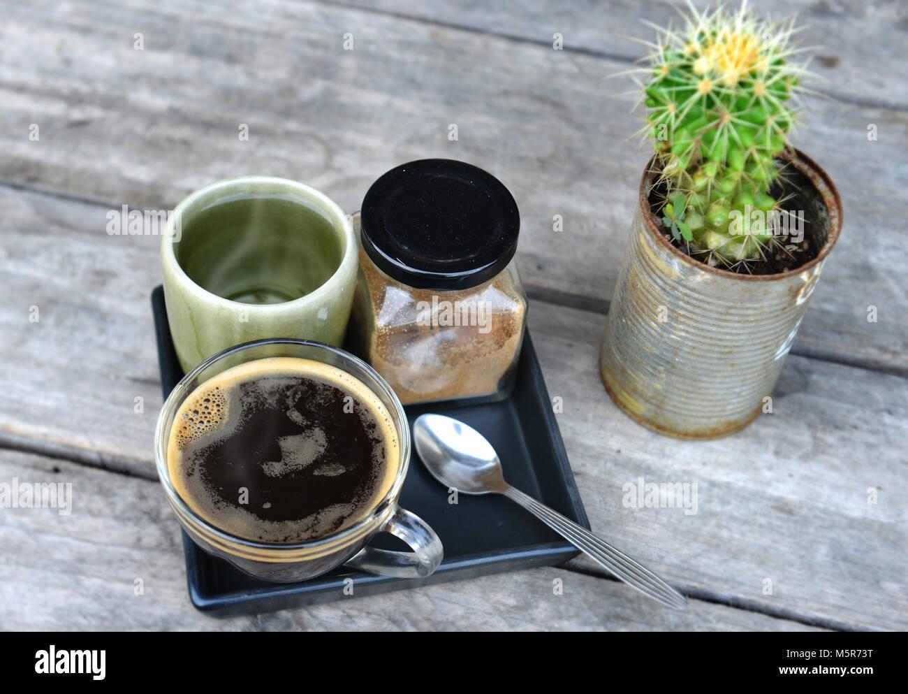 La hora del café en la mañana con agua caliente americano Imagen De Stock