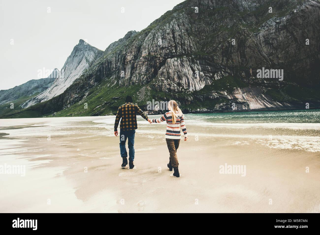 Pareja romántica en el amor pasear cogidos de la mano en la playa mar hombre y mujer juntos viajando concepto Imagen De Stock