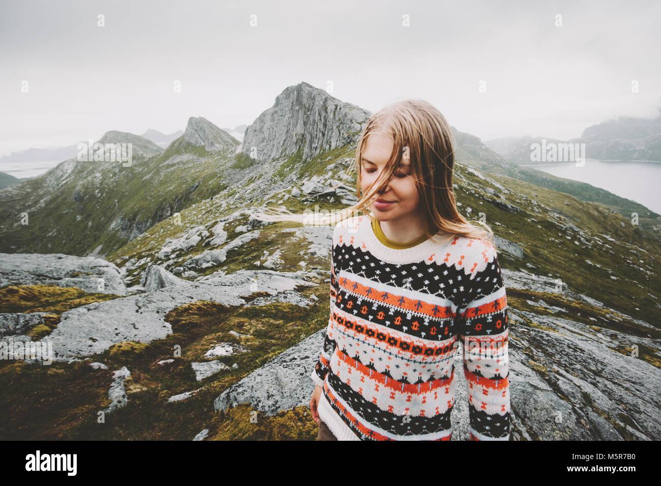 Joven Mujer rubia caminando en las montañas de Noruega Viajes concepto emocional en el estilo de vida al aire Imagen De Stock
