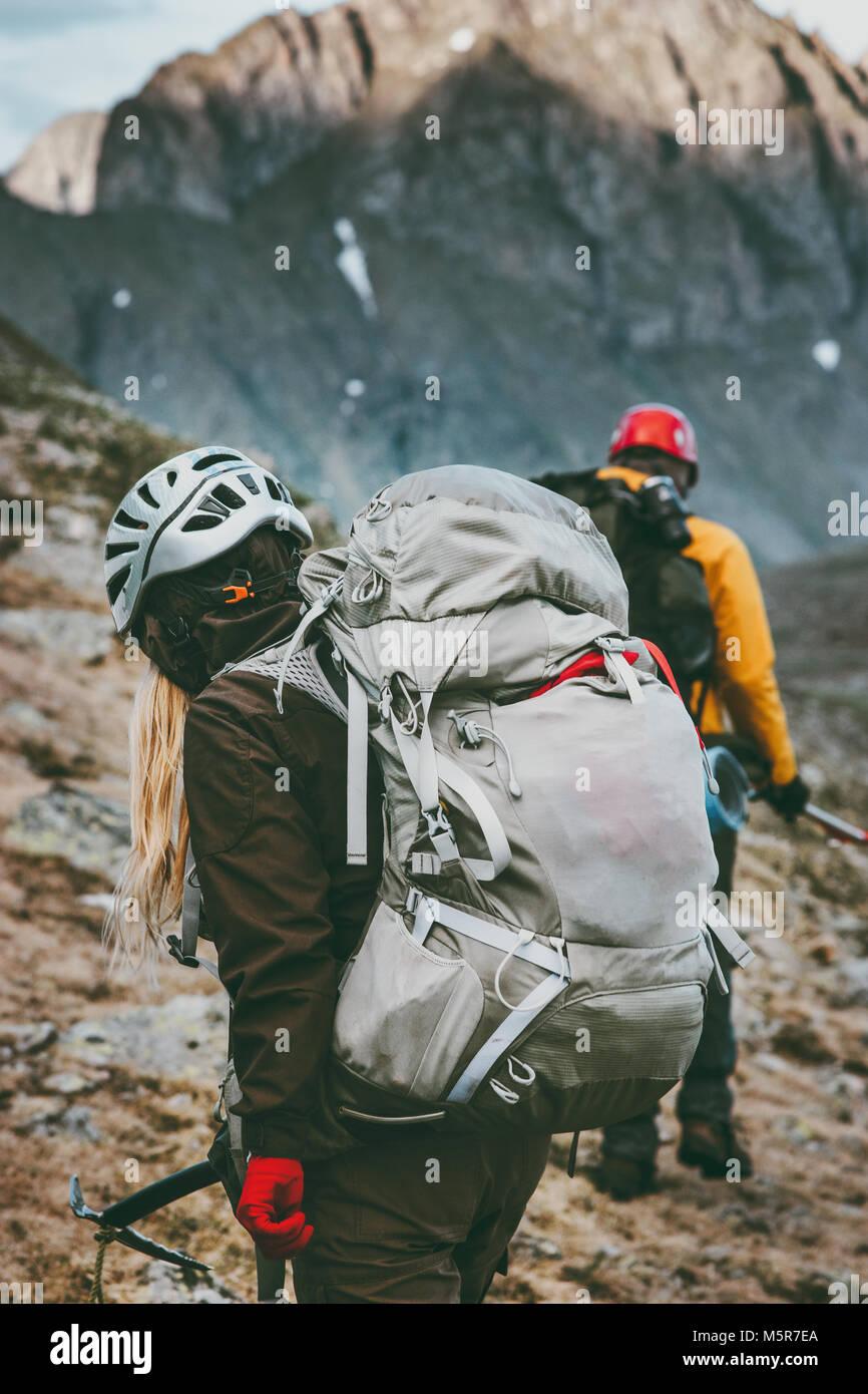 Senderismo en las montañas de Mochileros Viajes Vida sana aventura concepto activa vacaciones de verano al Imagen De Stock