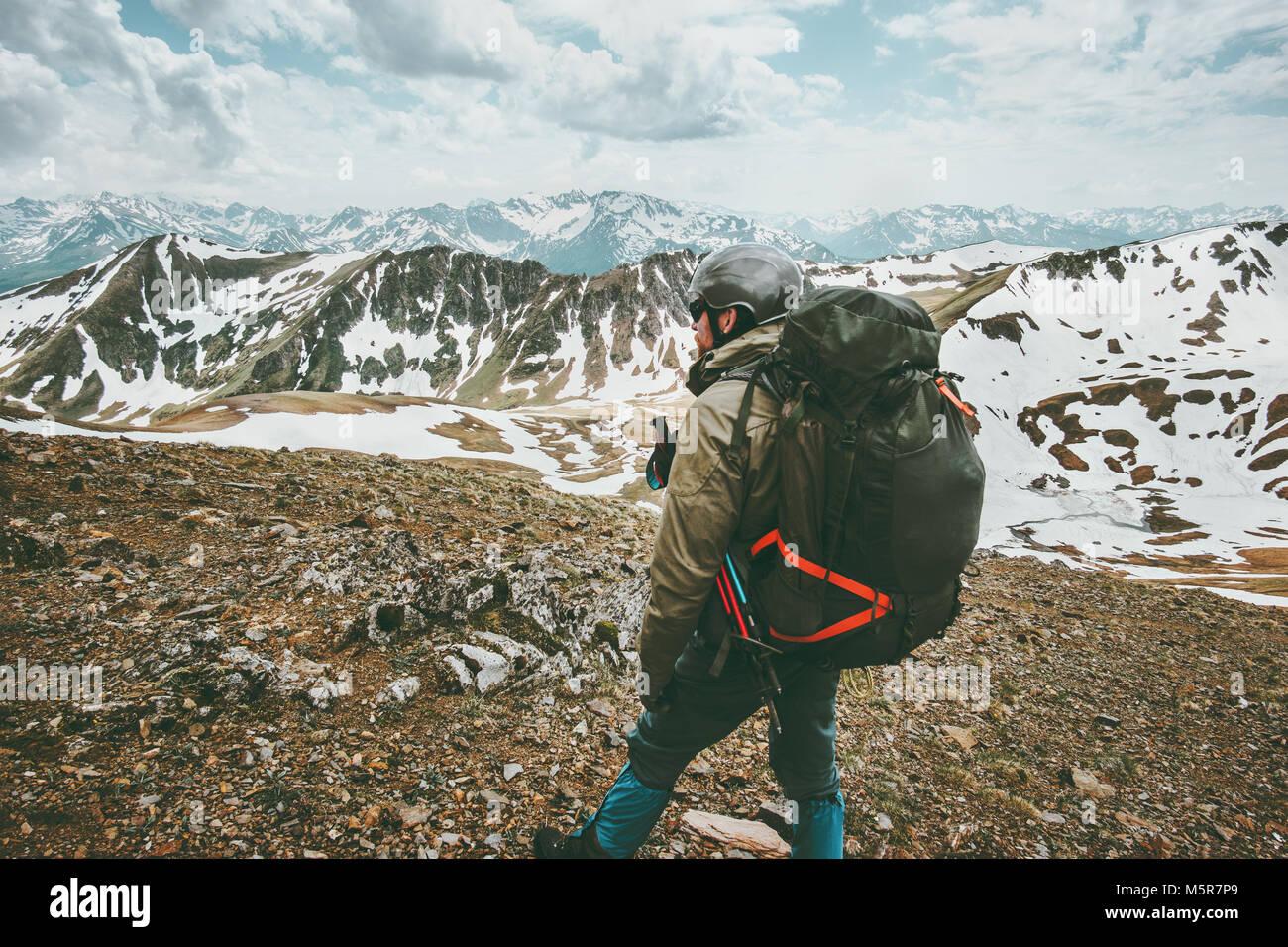 Hombre viajero con mochila grande senderismo en las montañas de supervivencia de viaje expedición concepto Imagen De Stock