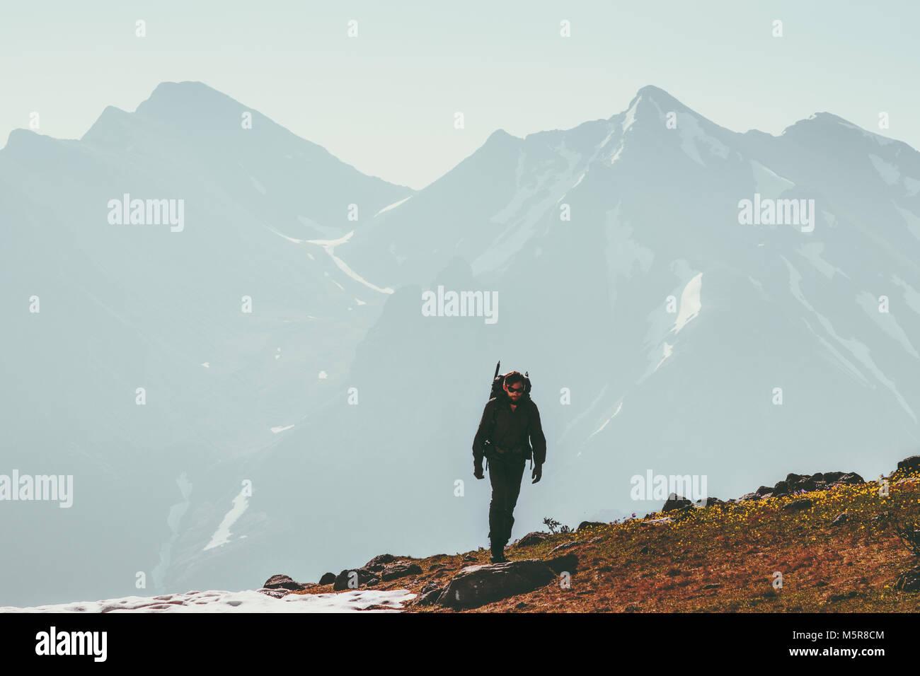 Caminante hombre solo escalar en las montañas de estilo de vida concepto de supervivencia de viaje aventura Imagen De Stock
