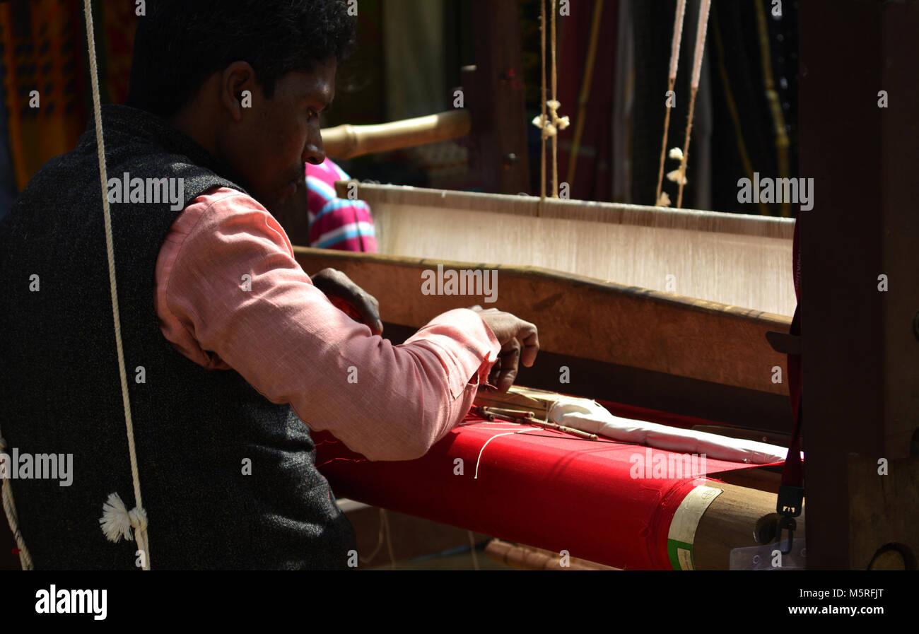 Hilos de algodón en telar tejiendo un paño Imagen De Stock