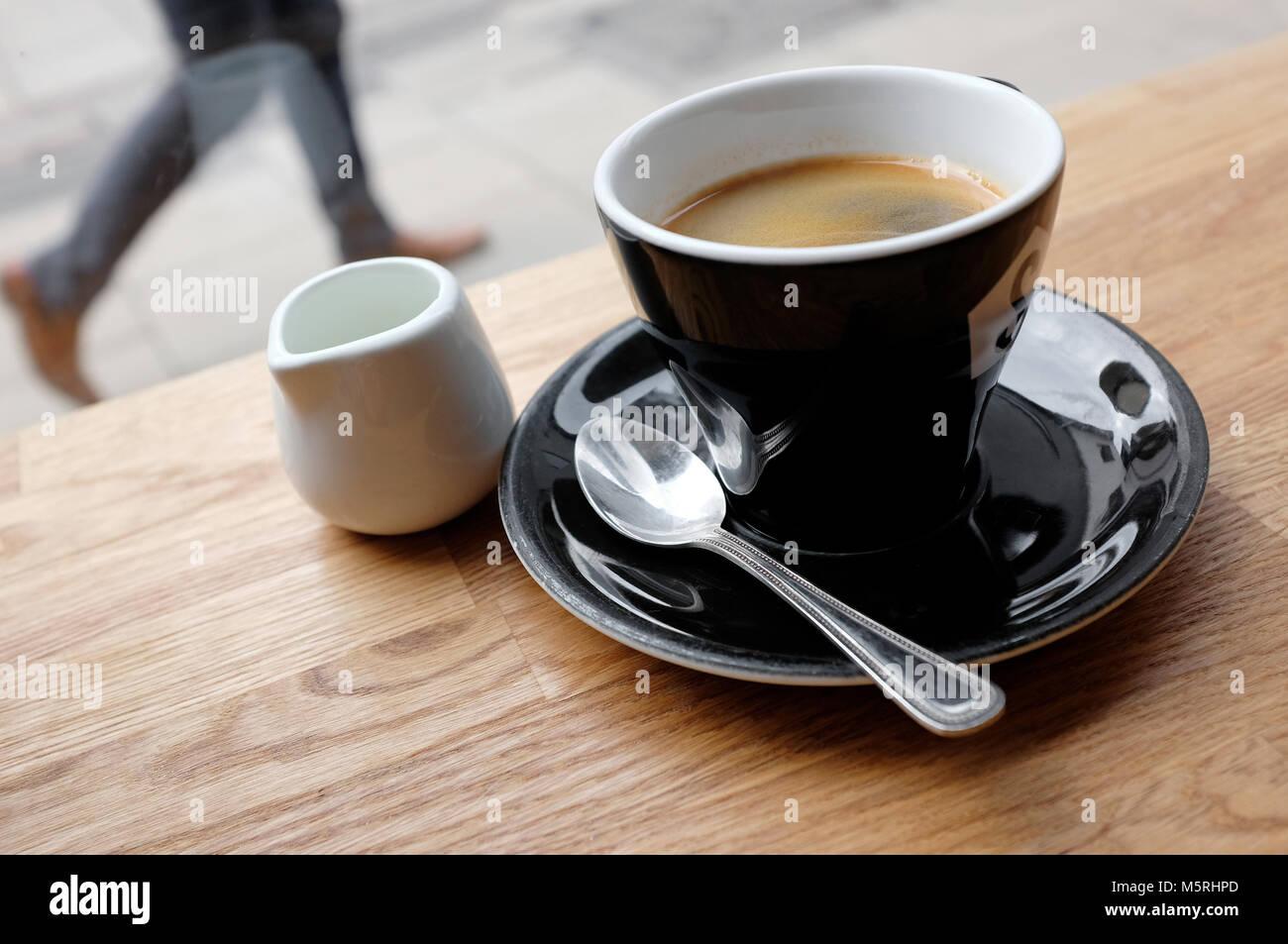 Taza de café americano sobre la mesita de café, Norwich, Norfolk, Inglaterra Imagen De Stock