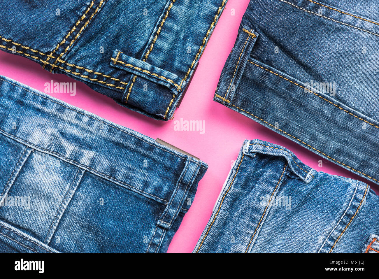 43507867b2 Pantalones vaqueros plana sobre fondo de color rosa laicos. la moda y las  tendencias.