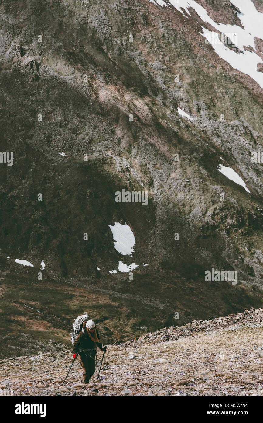 Backpacker senderismo en las montañas de viaje de aventura de supervivencia en el estilo de vida concepto de Imagen De Stock