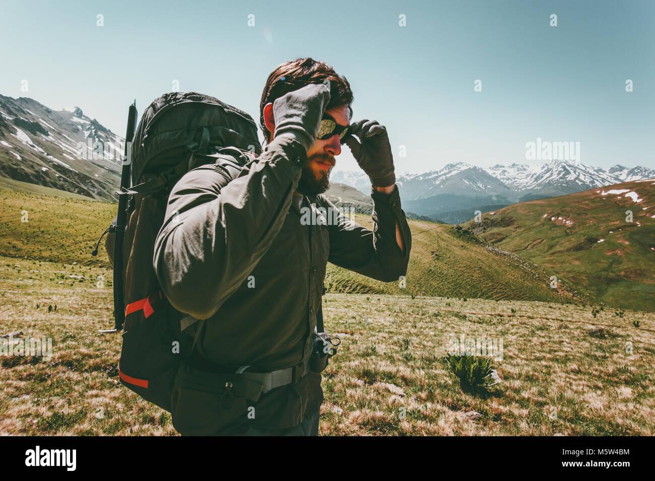 Backpacker hombre senderismo en las montañas de Viajes Aventura en concepto de supervivencia en el estilo de Imagen De Stock