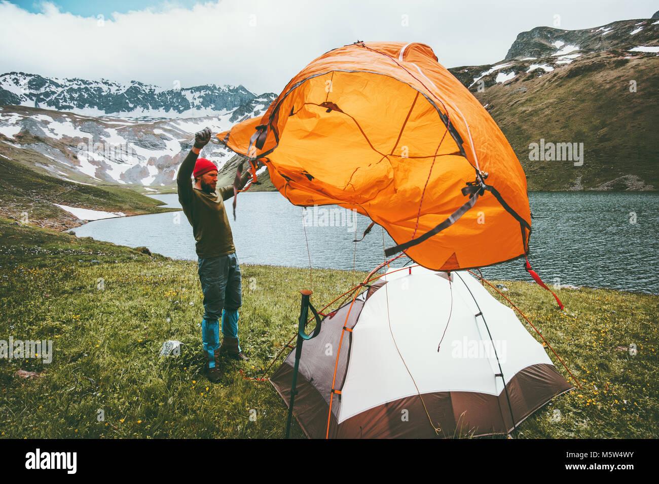 Hombre viajero pitch acampar marcha de viaje de aventura al aire libre Concepto de estilo de vida en el paisaje Imagen De Stock
