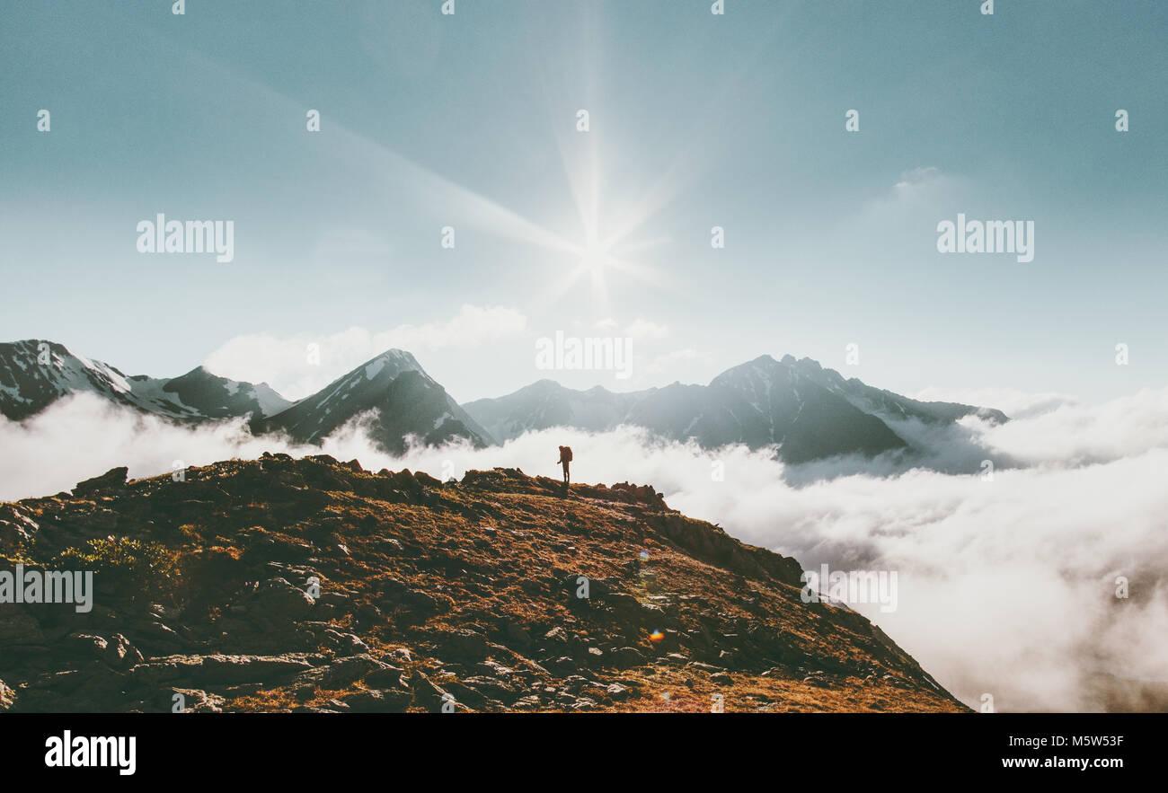 Viajero en montañas nubes paisaje Viajes concepto de aventura en el estilo de vida de las vacaciones de verano Imagen De Stock