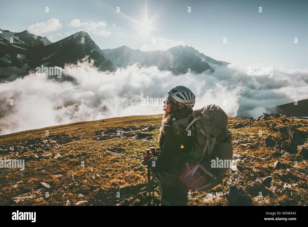 Backpacker mujer observando montañas nubes paisaje Viajes Vida sana aventura vacaciones de verano al aire libre Imagen De Stock