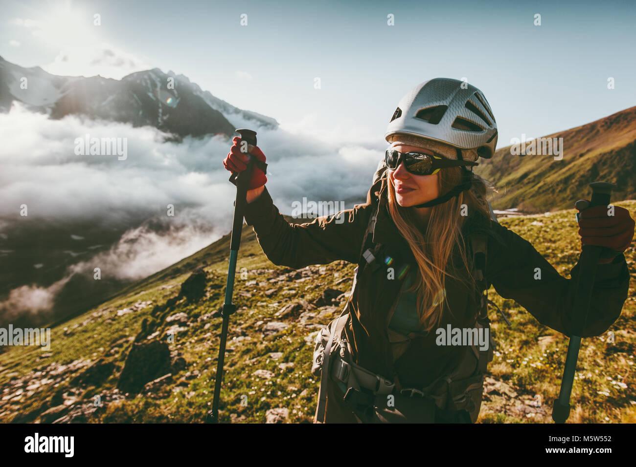 Mujer alegre y disfrutando del paisaje de las montañas al atardecer Viajes Vida sana aventura concepto activa Imagen De Stock