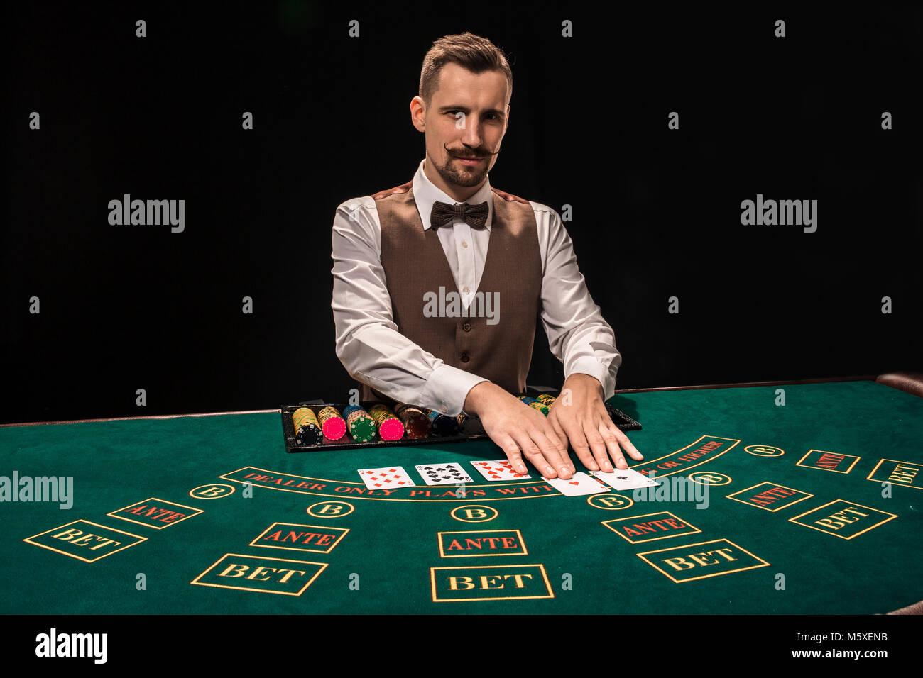Crupier detrás del juego de mesa en un casino Fotografía de stock - Alamy