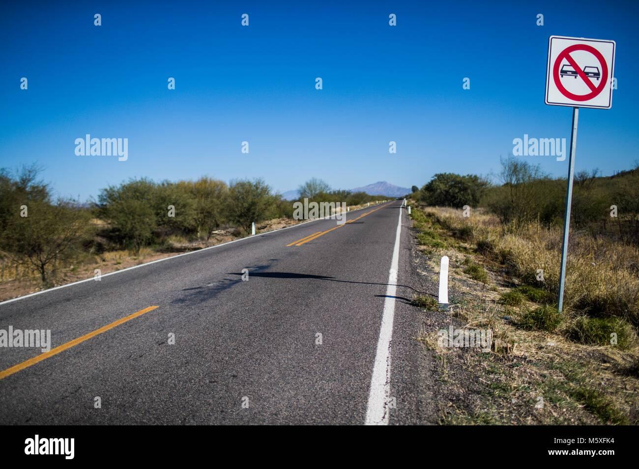 La autopista estatal rumbo a Nacozari. Ruta de la sierra de Sonora, México. La señalización no rebaja. Imagen De Stock