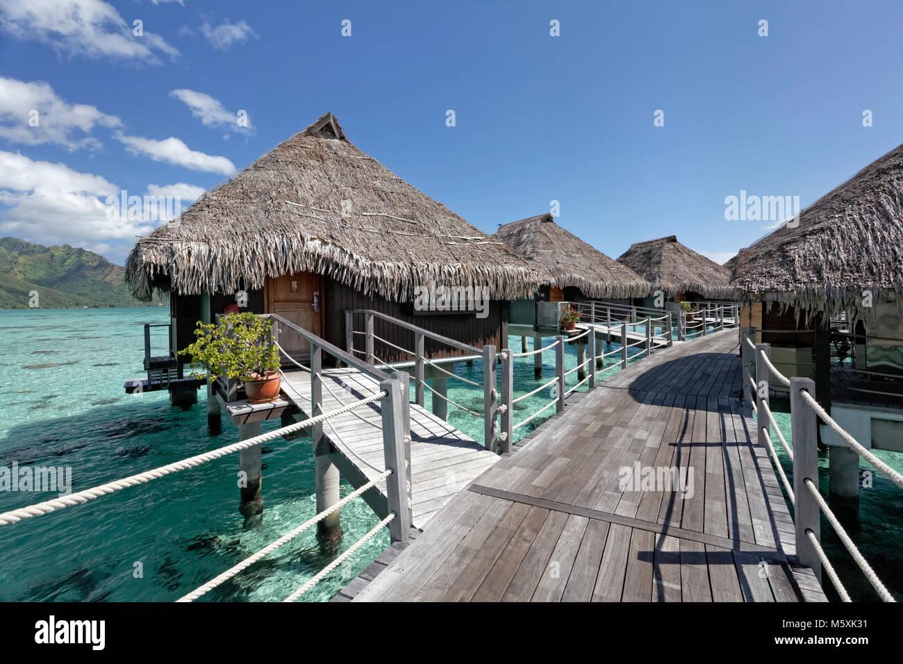 Water Bungalows, paseo, Hotel Hilton, Moorea, Océano Pacífico, Islas Sociedad, Polinesia Francesa Imagen De Stock