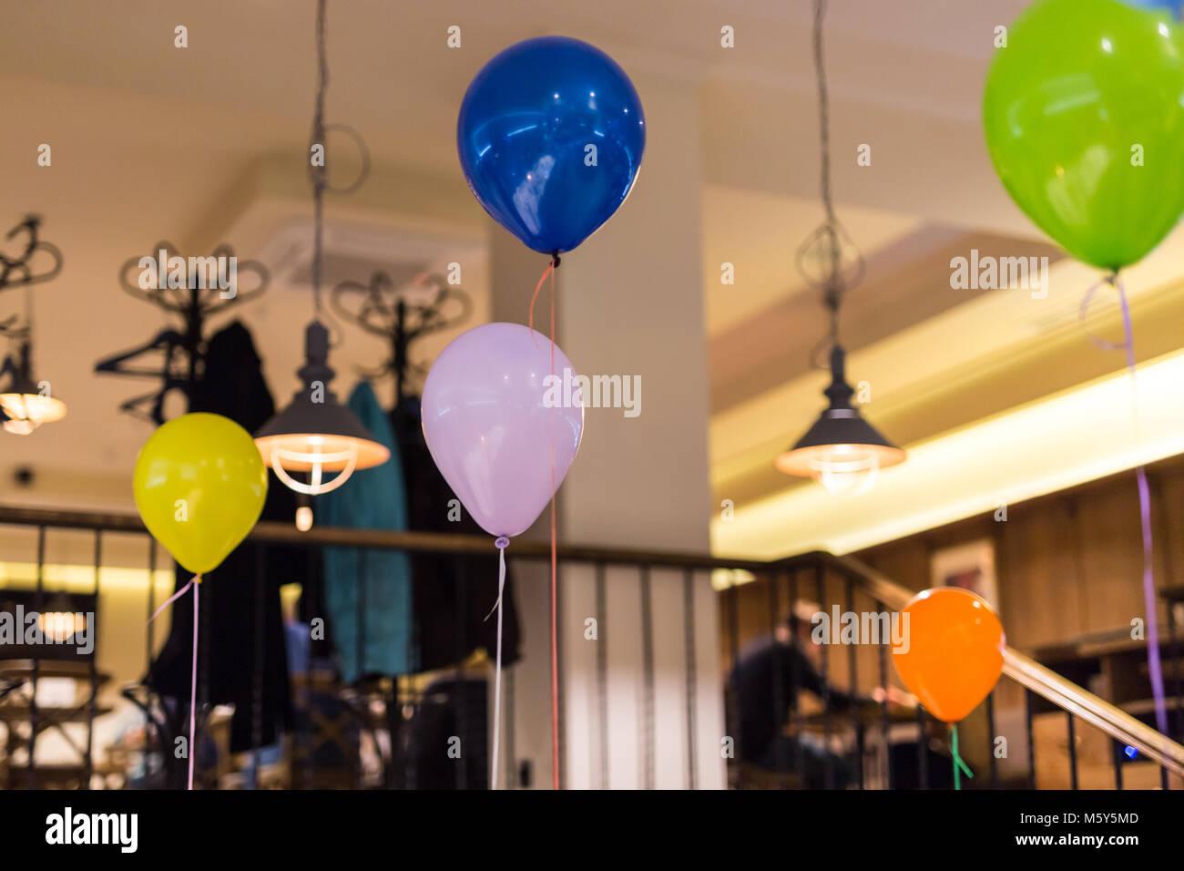 Multicolores globos de aire interior. Preparación para la fiesta. Decoración de interiores. Los niños Imagen De Stock