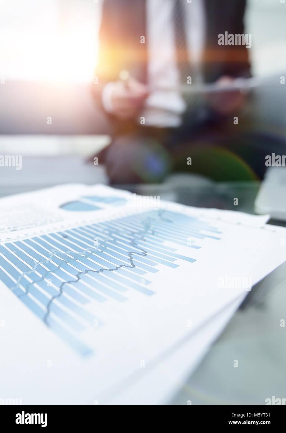En el escritorio gráfico financiero. antecedentes comerciales. Foto de stock