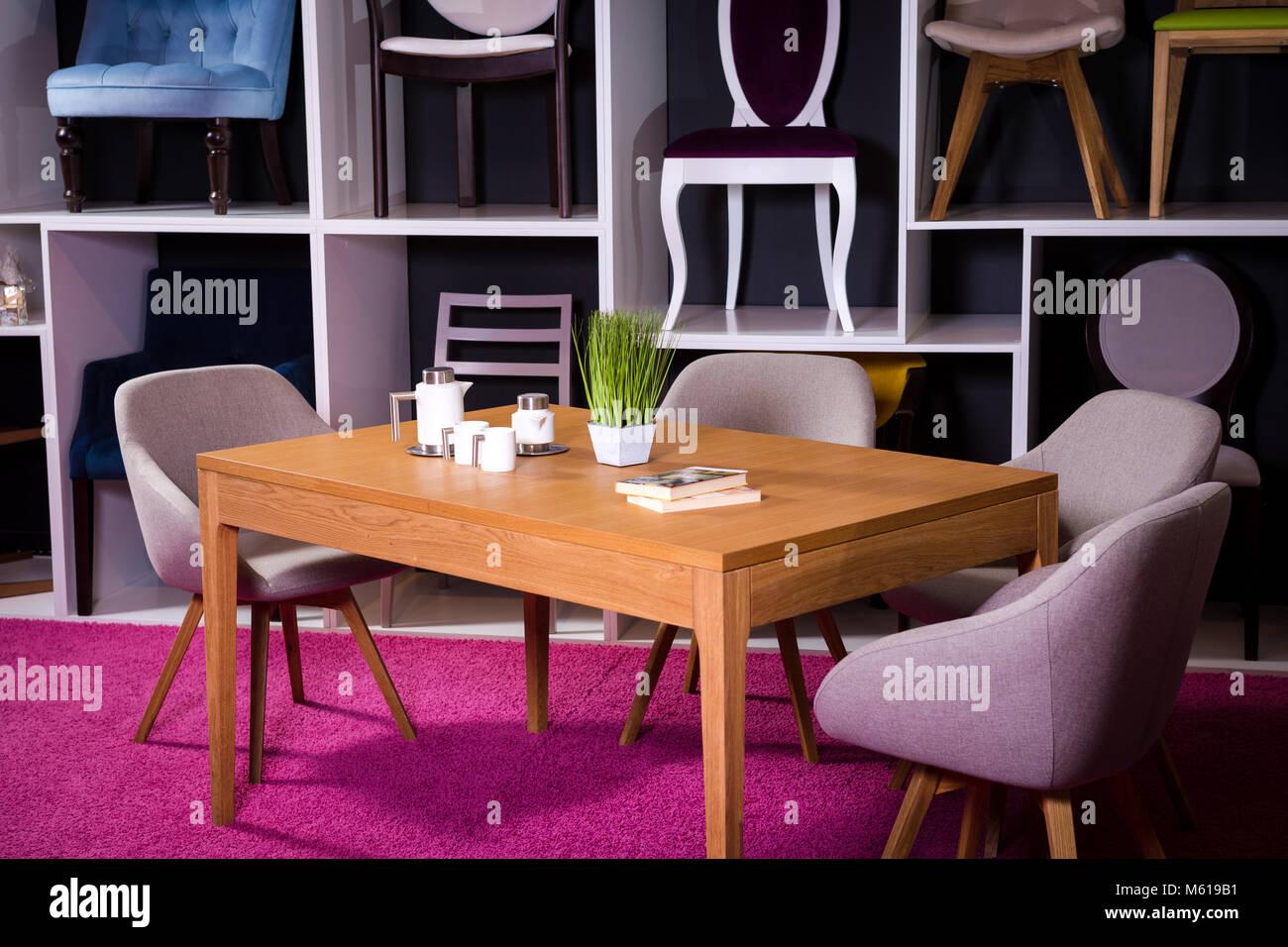 Tienda, venta de muebles en un centro comercial. La ...