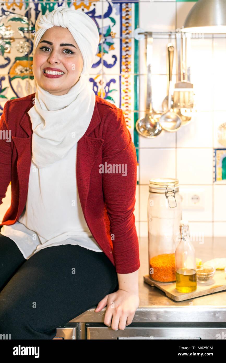 Malakeh Jazmati, Siria TV-estrella de un Show Cooking, autora de libros de cocina, a los refugiados, que viven en el exilio en Berlín, Alemania. Foto de stock