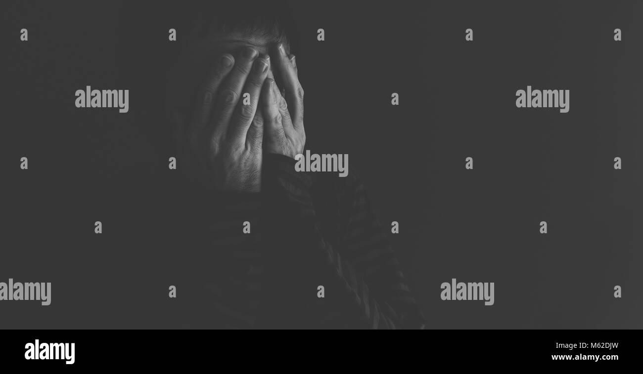 Muy deprimida, llorando y angustiada varón discreto retrato en blanco y negro Imagen De Stock
