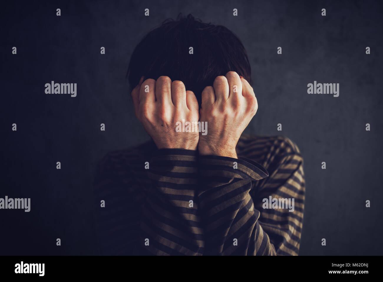 Desesperado, estado de ánimo depresivo y triste en una habitación oscura Imagen De Stock