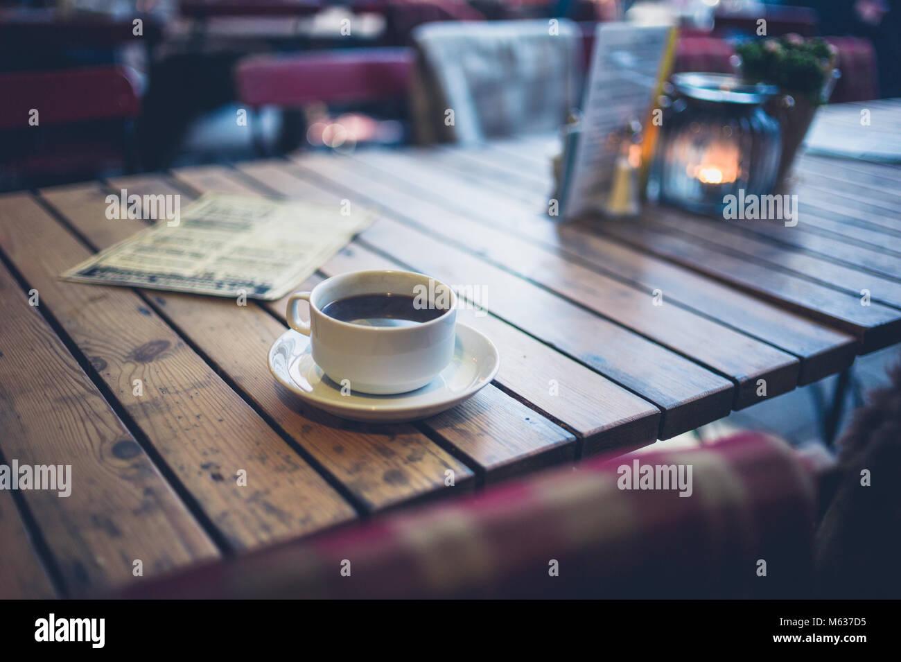 Una taza de café en una mesa en una cafetería exterior Imagen De Stock