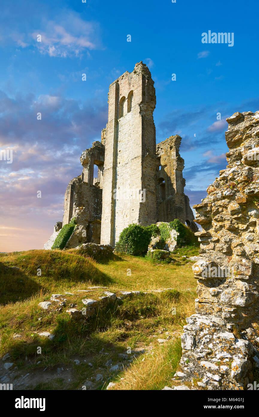 El castillo Corfe medieval mantener cerca del amanecer, construido en 1086 por Guillermo el Conquistador, Dorset, Imagen De Stock