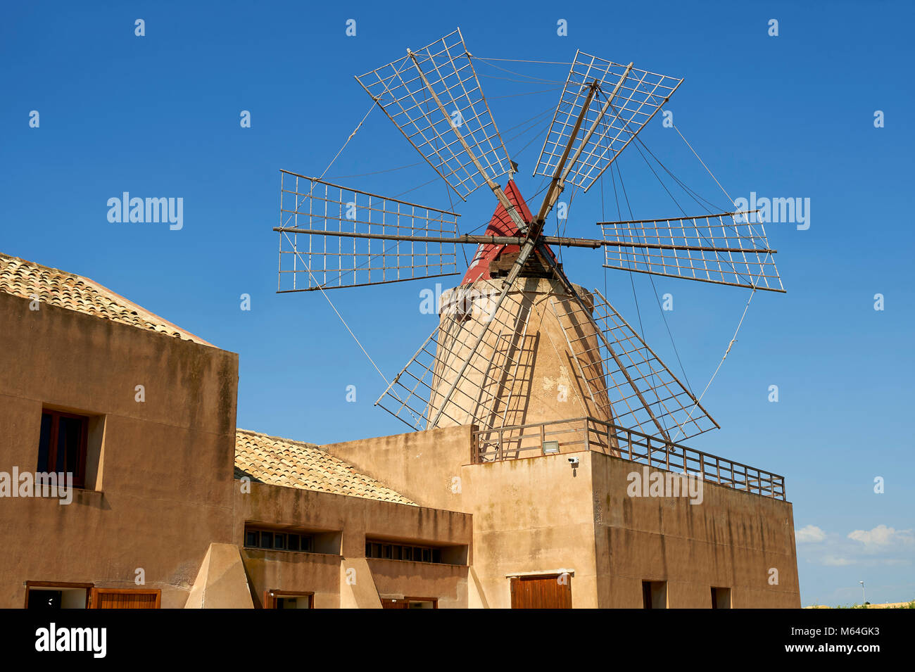 Mulino d'Infersa (molino de viento Molino Infersa), Ettore salinas, della Laguna salina, Masala, Sicilia. Imagen De Stock