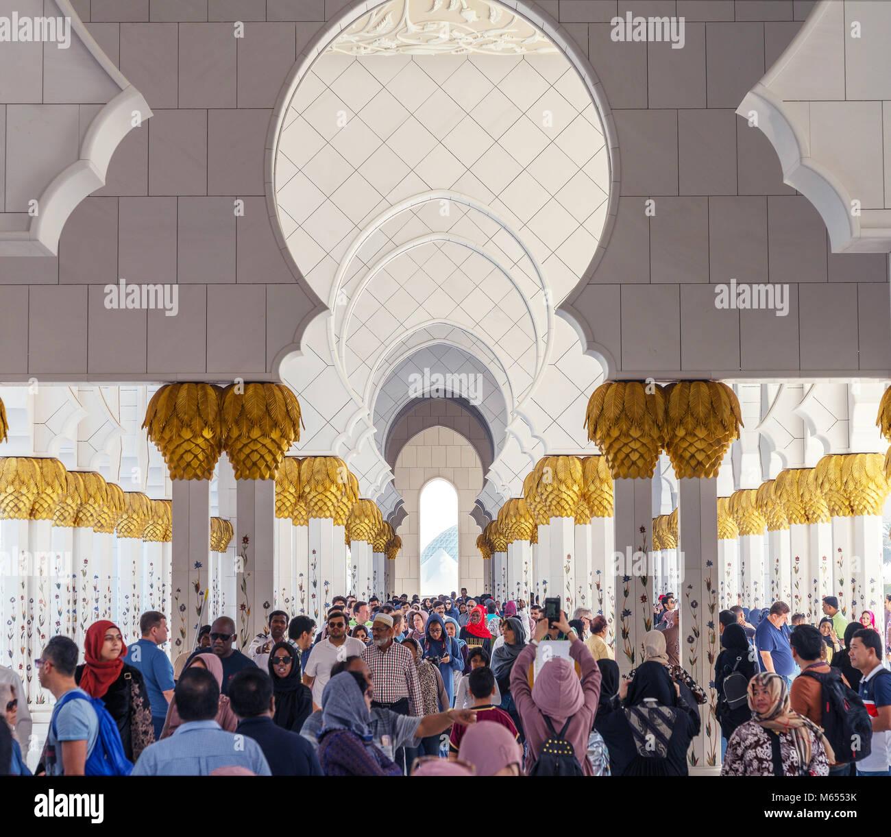 El 28 de diciembre de 2017, Abu Dhabi, Emiratos Árabes Unidos. Los turistas que visitan hermosa Mezquita Sheikh Imagen De Stock