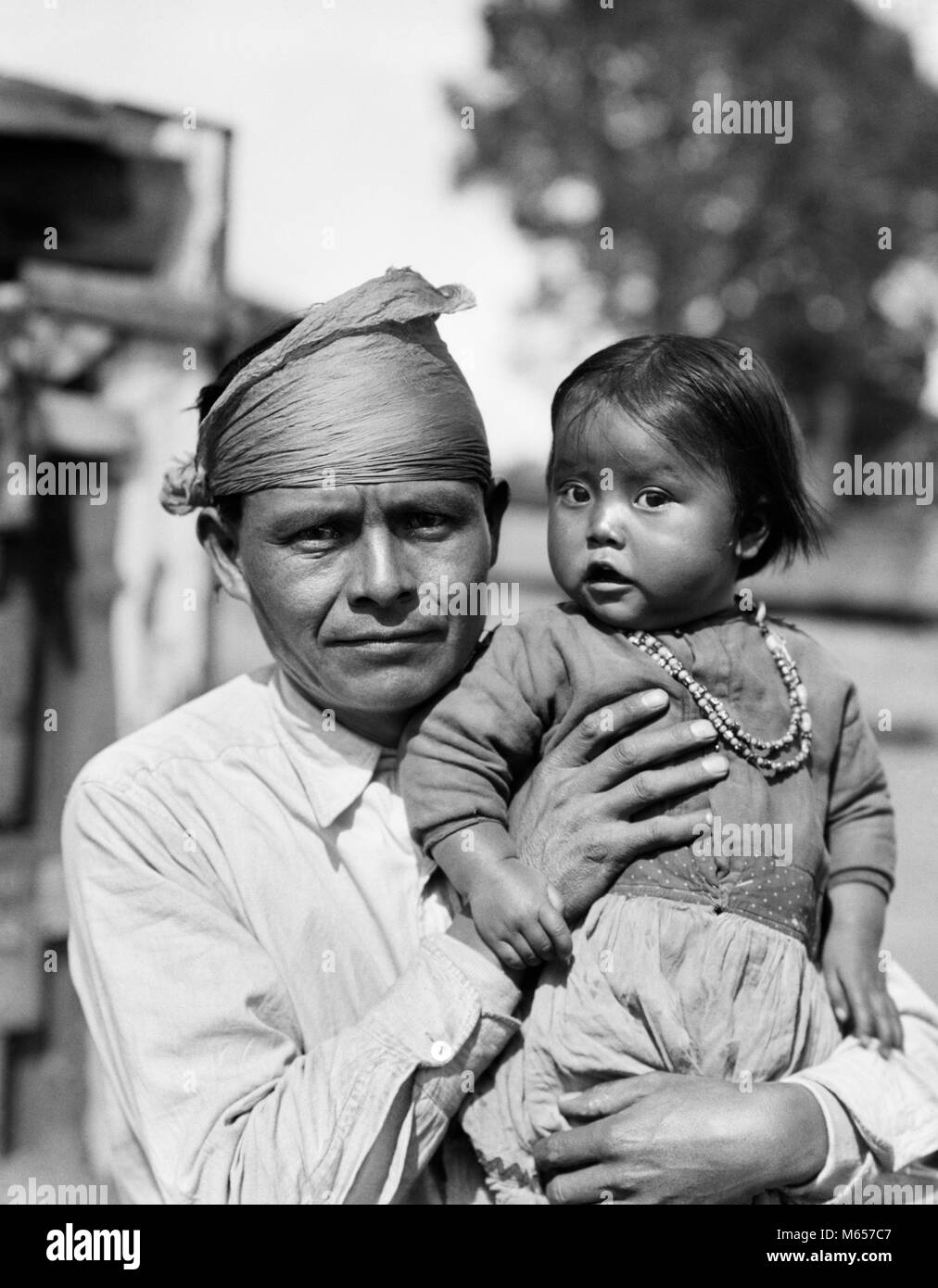 116e84ba7 1930 Native American NAVAJO HOLDING HOMBRE PADRE NIÑA hija mirando a la  Cámara - i1139 HAR001 HARS NAVAJO AMERICANA NOSTALGIA PADRES NORTEAMÉRICA  ...