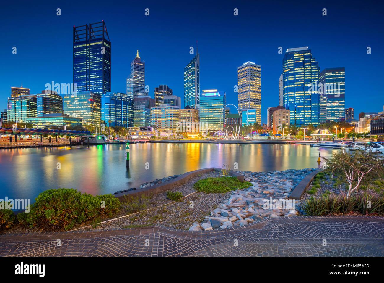 Perth. Imagen del paisaje urbano de la ciudad de Perth, Australia, durante la puesta de sol. Imagen De Stock